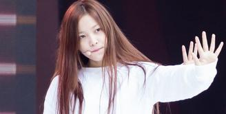 Tak hanya berbakat, Yeri Red Velvet juga mempunyai kecantikan yang natural. Lihat saja saat Yeri tidak mengenakan make up, ia tetap terlihat cantik memesona. (Foto: allkpop.com)