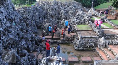 Pengunjung berwisata Taman Sari Goa Sunyaragi, Cirebon Jawa Barat (5/7). Banyak wisatawan menikmati sore hari sambil menunggu waktu berbuka di akhir bulan Ramadan di goa Sunyaragi Cirebon.(Liputan6.com/Angga Yuniar)