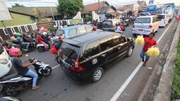 Sejumlah kendaraan terjebak macet di jalan Jendral Sudirman,Cikampek,  Jawa Barat, Sabtu (7/1). H+6 arus balik lebaran kendaraan memadati jalur Cikampek ke arah Cikarang, Bekasi dan Jakarta. (Liputan6.com/Helmi Afandi)