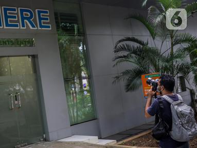 Awak media mengabadikan ruangan isolasi milik Rumah Sakit Persahabatan, Jakarta, Jumat (31/1/2020). Selain RS Persahabatan, ada dua rumah sakit lain di Jakarta yang dipersiapkan untuk menghadapi kasus virus corona, yakni RSPAD Gatot Soebroto dan RSPI Sulianti Saroso. (Liputan6.com/Faizal Fanani)