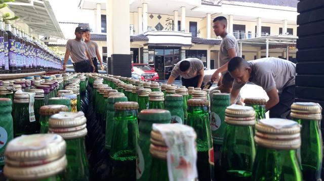 Ilustrasi – Kepolisian Resor Cilacap, Jawa Tengah menyita ribuan botol miras berbagai merk dan ratusan liter miras lokal jenis ciu sebelum Ramadan 2019. (Liputan6.com/Muhamad Ridlo)