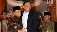 Presiden ke-3 RI Bacharuddin Jusuf Habibie berpelukan dengan mantan Wakil PM Malaysia Anwar Ibrahim di kediamannya di Jalan Patra Kuningan XIII, Jakarta Selatan, Minggu (20/5). (Liputan6.com/Angga Yuniar)