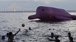 """Lumba-lumba karet raksasa tersebut merupakan salah satu bentuk kampanye konservasi """"Red Alert"""" untuk mengentikan pembunuhan mamalia laut tersebut, Minggu (27/7/14). (REUTERS/Bruno Kelly)"""