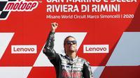 Pembalap Petronas Yamaha, Franco Morbidelli, melakukan selebrasi di atas podium usai menjuarai MotoGP San Marino di Sirkuit Misano, Minggu (13/9/2020). Morbidelli menjadi yang tercepat dengan catatan waktu 42 menit 02,272 detik. (AP/Antonio Calanni)