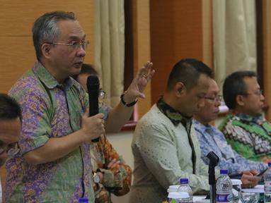 Direktur EMTEK Hendro Tjahyono (kedua kiri) saat menjadi pembicara dalam penyusunan roadmap industrial di Jakarta, Kamis (6/10). Industri kreatif diharapkan membawa ekonomi berkembang cepat dan menyerap tenaga kerja (Liputan6.com/Angga Yuniar)