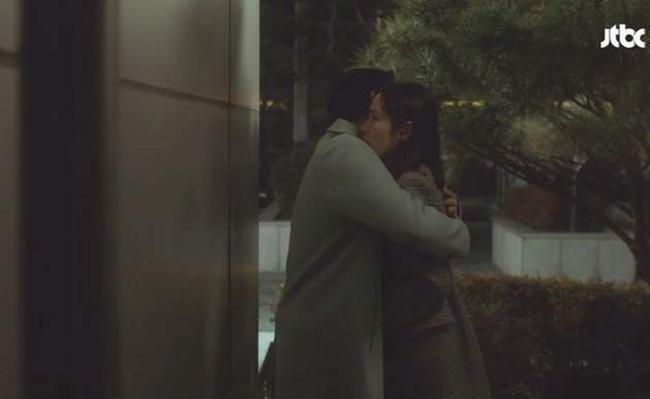 "Melihat Seo Joon Hee begitu marah dan sekaligus sedih melihat Yoon Ji Ah menderita luka setelah kekerasan yang dilakukan mantan kekasihnya. Sambil memeluk noona yang dicintainya ia mengatakan, ""Mulai saat ini, aku tidak akan meninggalkanmu sendirian.""/copyright soompi.com/jje"