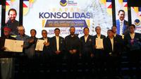 Ketua Umum DPP Nasdem Surya Paloh bersama cabup dan cawabup Sulsel. (Achmad Sudarno/Liputan6.com)