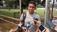 Asisten pelatih Timnas Indonesia U-23, Bima Sakti, setelah latihan di Lapangan ABC, Senayan, Jakarta, Sabtu (11/8/2018). (Bola.com/Benediktus Gerendo Pradigdo)