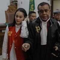 Aktris Jeniffer Dunn bersama Kuasa Hukumnya usai menjalani sidang di Pengadilan Negeri Jakarta Selatan, Kamis (5/4). Jennifer Dunn ditangkap di kediamannya di kawasan Pela Mampang, Jakarta Selatan, 31 Desember 2017. (Liputan6.com/Faizal Fanani)