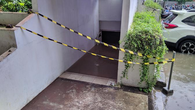 Basemen Apartemen Sentra Timur, Cakung terendam banjir. (Raden Trimutia Hatta/Liputan6.com)