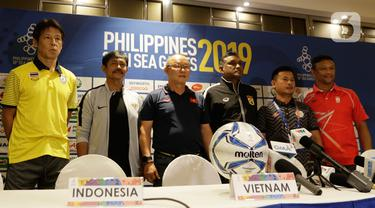 Pelatih Timnas Indonesia U-22, Indra Sjafri bersama pelatih dari Grup B lainnya saat menggelar jumpa pers di Hotel Century Park, Manila, Minggu (24/11/2019). Cabang sepak bola SEA Games 2019 akan mulai bertanding Senin (25/11) esok. (Bola.com/M Iqbal Ichsan)
