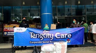 2 RSUD di wilayah Tangerang mendapat bantuan ratusan baju hazmat dan kacamata pelindung.