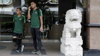 Pemain Timnas Indonesia, Andritany Ardhiyasa dan Riko Simanjuntak saat menunggu bus di Hotel Peninsula, Singapura, Rabu (7/11). Latihan Timnas ini merupakan persiapan jelang laga melawan Singapura pada Piala AFF 2018. (Bola.com/M Iqbal Ichsan)