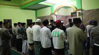 Nampak para jemaah salah satu masjid di Garut, tengah melaksanakan shalat tarawih bersama (Liputan6.com/Jayadi Supriadin)
