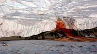 Air terjun darah atau Blood Falls di Antartika. (Wikipedia)