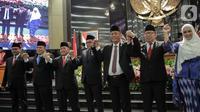 Lima pimpinan DPRD DKI Jakarta berjabat tangan usai pelantikan di Gedung DPRD DKI Jakarta, Senin (14/10/2019). Wakil Ketua DPRD DKI Jakarta dijabat oleh Ahmad Suhaimi dari PKS, Zita Anjani dari PAN, M Taufik dari Gerindra, dan Misan Samsuri dari Demokrat. (Liputan6.com/Faizal Fanani)