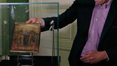 """Pakar seni Stephane Pinta memperlihatkan lukisan """"Christ Mocked"""" karya seniman Cimabue dari abad ke-13 di Paris, 24 September 2019. Lukisan yang akan dijual lewat lelang pada 27 Oktober 2019 itu diperkirakan bernilai antara 4 hingga 6 juta euro  (Rp61,3 miliar-Rp92 miliar). (AP/Michel Euler)"""