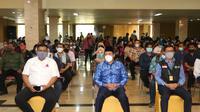 Pelaku pariwisata di Sidoarjo divaksinasi. (Dian Kurniawan/Liputan6.com)