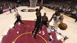 Pebasket Golden State Warriors, Kevin Durant, berusaha memasukkan bola saat melawan Cleveland Cavaliers pada Gim 3 Final NBA di Oracle Quicken Loans Arena, Rabu (6/6/2018). Kevin Durant terpilih sebagai pemain terbaik Final NBA 2018. (AP/Kyle Terada)