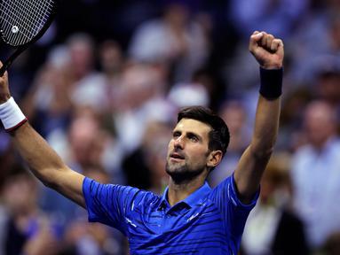 Petenis Serbia, Novak Djokovic melakukan selebrasi setelah mengalahkan Juan Ignacio Londero dari Argentina pada babak kedua AS Terbuka 2019 di Arthur Ashe Stadium, Rabu (28/8/2019). Novak Djokovic  lolos setelah menyudahi perlawanan Londero dengan skor 6-4, 7-6 (7-3), dan 6-1. (AP/Charles Krupa)