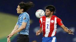 Setelah bertubi-tubi menggempur gawang Paraguay, gol akhirnya didapat Uruguay lewat penalti. Miguel Almiron melanggar Nahitan Nandez di kotak terlarang. (AP/Silvia Izquierdo)