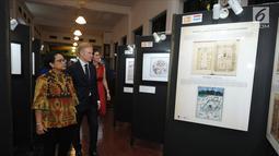 Menteri Luar Negeri Retno Marsudi (kiri) melihat pameran foto Islamic Art in the Collections of the European Museum pada perayaan Europe Day 2018 di Jakarta, Rabu (9/5). (Liputan6.com/Helmi Fithriansyah)