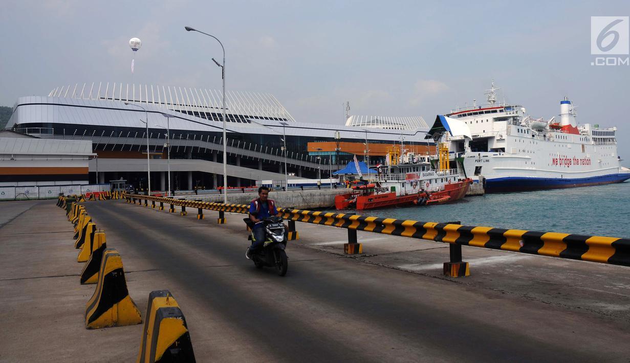 Kapal penyeberangan sandar di Pelabuhan Eksekutif Sosoro, Merak, Banten, Minggu (2/6/2019). Untuk menambah pelayanan dan kenyamanan bagi calon penumpang kapal penyeberangan Merak-Bakauheni, ASDP membuka terminal penyeberangan yang menyatu dengan tempat perbelanjaan. (Liputan6.com/Helmi Fithriansyah)