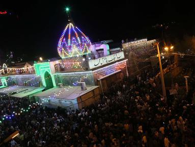 Peziarah berkumpul di luar kuil Imam al-Mahdi selama upacara Shaabaniya memperingati kelahiran Imam di kota Karbala, Irak tengah, (2/5). Imam al-Mahdi, Imam ke-12 dihormati umat Syiah sebagai Mesias. (AFP Photo/Mohammad Sawaf)