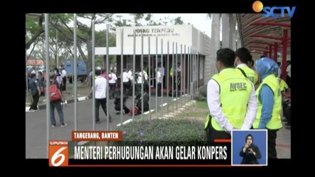 Mereka berusaha mencari tahu kabar keluarga mereka yang menjadi penumpang pesawat tujuan Pangkal Pinang.