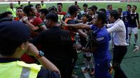 Para pemain timnas Indonesia terlibat pertikaian dengan pemain Kamboja di Stadion Shah Alam, Selangor, Kamis, (24/8/2017). Indonesia menang 2-0 atas Kamboja. (Bola.com/Vitalis Yogi Trisna)