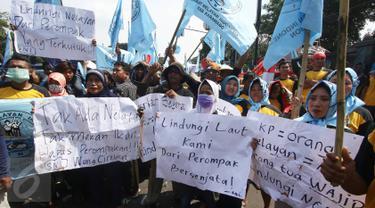 Serikat Nelayan Indonesia (SNI) melakukan unjuk rasa di depan Kementerian Kelautan dan Perikanan (KKP), Jakarta, Selasa (23/8). Mereka meminta perlindungan pemerintah karena kerap dihadang perompak di tengah laut. (Liputan6.com/Immanuel Antonius)