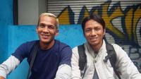 Mantan pemain Persib Bandung, Aji Nurpijal (kiri) dan Suwita Patha, mengapresiasi kedatangan Michael Essien dan Carlton Cole. (Bola.com/Erwin Snaz)