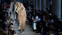 Halima Aden bersama model lainnya berjalan mengenakan koleksi Max Mara women's Fall/Winter 2017-2018 pada Milan Fashion Week, di Milan, Kamis (23/2). Bahkan Halima Aden disejajarkan dengan model yang sedang naik daun, Gigi Hadid. (Miguel MEDINA/AFP)