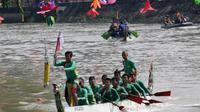 Lomba dayung perahu naga (Foto:Liputan6.com/Dian Kurniawan)