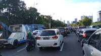 Arus lalu lintas di Jalan Gatot Subroto, Jakarta, Minggu (17/2/2019). Liputan6.com/Pebrianto