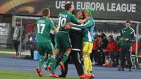 Para pemain Rapid Vienna merayakan gol pertama yang dicetak Steffen Hofmann bersama sang pelatih, Zoran Barisic. (Bola.com / Reza Khomaini)