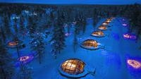 Hotel Kakslauttanen tawarkan sensasi tidur berhiaskan pemandangan Borealis Aurora yang indah.