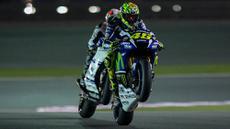 Pebalap Movistar Yamaha, Valentino Rossi, mengikuti latihan bebas hari ke-2 GP Qatar di Sirkuit Losail, Doha, Sabtu (19/3/2016) dini hari WIB. Pada sesi ini, pria Italia itu berada pada peringkat ke-7 dengan waktu 1 menit 55,883 detik. (EPA/STR)