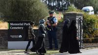 Tampak orang mengunjungi pemakaman korban penembakan masjid di Selandia Baru (AFP Photo)