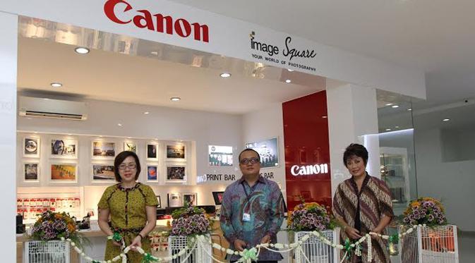 [Kiri-kanan] Kang Huey Yi – Manager Consumer Imaging & Information Group Canon Singapore Pte. Ltd., Iwan Taqwa Batara – Branch Sales Manager Datascrip Kantor Penjualan Cabang (KPC) Medan, dan Merry Harun – Canon Division Director pt. Datascrip