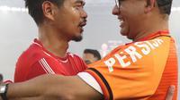Gubernur DKI Jakarta, Anies Baswedan (kanan) memeluk pemain Persija, Bambang Pamungkas saat merayakan gelar juara Go-Jek Liga 1 Indonesia 2018 bersama Bukalapak di Stadion GBK, Jakarta, Minggu (9/12). (Liputan6.com/Helmi Fithriansyah)