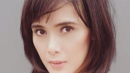 Wanita kelahiran 7 November 1982 ini juga merupakan sepupu dari model sekaligus artis cantik Mariana Renata. Sama-sama memiliki paras yang cantik, keduanya pun nampak seperti pinang dibelah dua. (Liputan6.com/IG/@renata711)