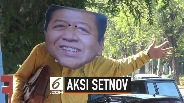 Seorang warga Solo melakukan aksi teatrikal dengan menggunakan topeng Setya Novanto dan berjalan-jalan di kota Solo. Aksi ini ia lakukan untuk menyindir aparat keamanan yang kerap kecolongan menjaga Setnov.