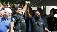 Diego Maradona akhirnya berdamai dengan Pele setelah bertemu dalam acara sepak bola persahabatan yang diadakan oleh Hublot di Jardin du Palais Royal, Paris, jelang Piala Eropa 2016, (9/6/2016). (AFP/Patrick Kovarik)