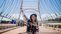 Gritte Agatha di jembatan perbatasan antara Indonesia dan Timor Leste. (Instagram/@gritteagathaa)