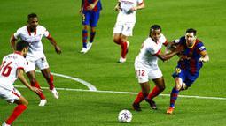 Striker Barcelona, Lionel Messi, berusaha melewati pemain Sevilla, Jules Kounde, pada laga Liga Spanyol di Stadion Camp Nou, Minggu (4/10/2020). Kedua tim bermain imbang 1-1. (AP Photo/Joan Monfort)