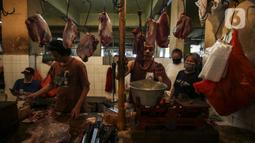 Pedagang daging melayani pembeli di Pasar Kebayoran Lama, Jakarta, Senin (3/5/2021). Asosiasi Pedagang Pasar Seluruh Indonesia (APPSI) mencatat harga daging sapi dan ayam mulai naik mendekati hari raya Lebaran atau Idul Firtri. (Liputan6.com/Johan Tallo)