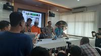 Subdit II Dittipidsiber Bareskrim Polri mengamankan tersangka penyebar hoaks dengan inisial AY (32) pada Selasa, 25 Juni. (Liputan6.com/Yopi Makdori)