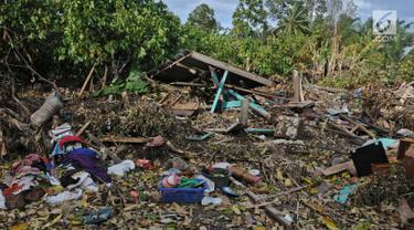 Rumah warga ambruk dan hancur pasca gelombang Tsunami Selat Sunda di Dusun Tiga Regahan Lada, Pulau Sebesi, Lampung Selatan, Minggu (30/12). Sebagian warga mengungsi ke Kalianda. (Liputan6.com/Herman Zakharia)