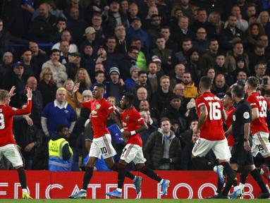 Para pemain Manchester United merayakan gol yang dicetak oleh Marcus Rashford ke gawang Chelsea pada laga Piala Liga Inggris 2019 di Stadion Anfield, Rabu (30/10). Manchester United menang 2-1 atas Chelsea. (AP/Ian Walton)